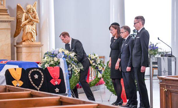Myös Helsingin kaupungin edustajat laskivat seppeleensä arkulle.