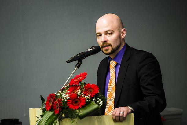 Kansanedustaja Mikko Kärnä pyytää anteeksi sateenkaariperheiltä.
