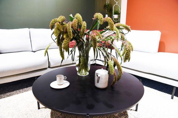 Tämä kepeä pyöreä MDF-levystä tehty sohvapöytä on suomalaisten suunnittelijoiden Ines Wartiaisen ja Fanni Suvilan käsialaa, ja sitä valmistetaan mustana, valkoisena ja jadenvihreänä. Round-sohvapöytä, 399 euroa, Hakola
