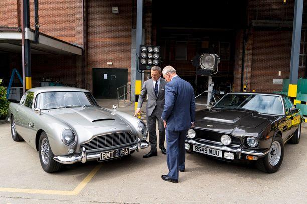 Craig esitteli prinssille Bondin autoja.