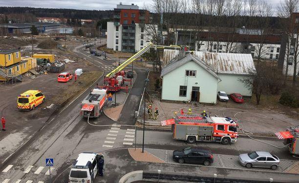 Yksi ihminen on kuollut Kirkkonummen Vernerinkujalla sijaitsevan majatalon tulipalossa.