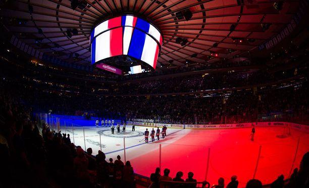 Nykyaikaan päivitetyn Madison Square Gardenin kalliimpien hintakategorioiden liput sekä kohonneet mainostulot siivittivät New York Rangersin NHL:n arvokkaimmaksi seuraksi.