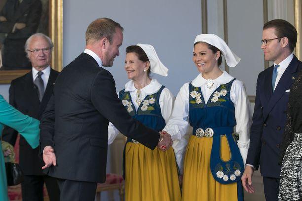 Kruununprinsessa Victorian yllä nähtiin myös perinteinen kansallispuku.