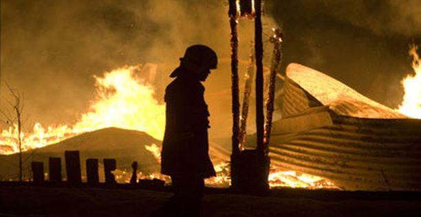 Kakolanmäellä sijainnut varastorakennus paloi maan tasalle.