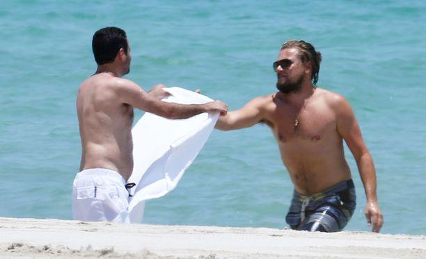 Ystävä oli meressä polskinutta Leonardoa vastassa ja ojensi tälle pyyhkeen.