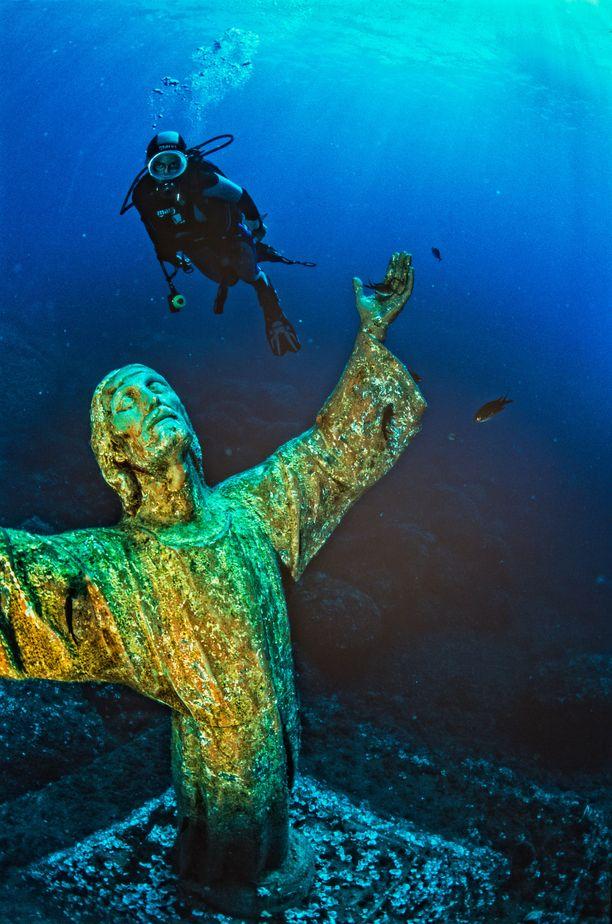 Syvyyksiiin upotettu Kristus-patsas on suosittu sukelluskohde.