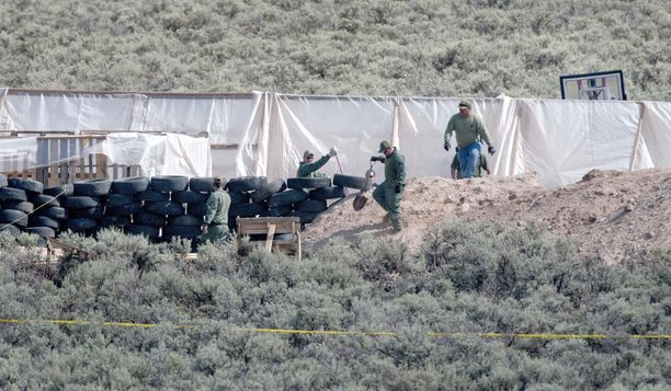 Pojan ruumis löytyi maanantaina leirin sisäosista.