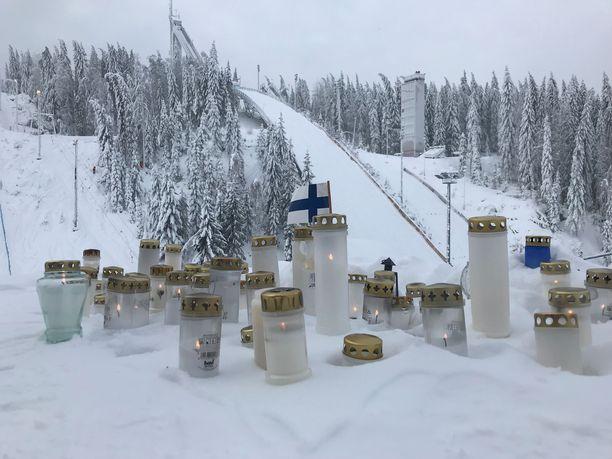 Jyväskylän kaupunki kunnioittaa edesmennyttä Matti Nykästä muistomerkillä. Kuvassa Nykäsen mäen juurelle tuotuja kynttilöitä.