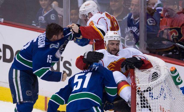 """Vancouverin ja Calgaryn välisen ottelun kolmannessa erässä oli hetken aikaa """"myllyt sallittu""""."""