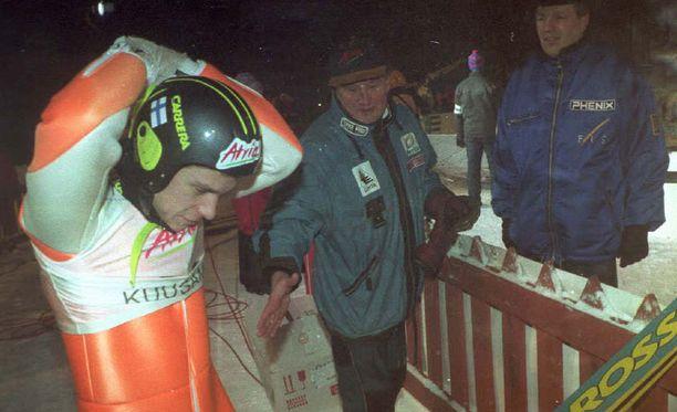 Matti Pulli (keskellä) oli nostamassa Ari-Pekka Nikkolaa maajoukkueeseen.