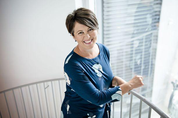 Parisuhdekouluttaja Marianna Stolbow on auttanut Ensitreffit alttarilla -sarjan pareja.