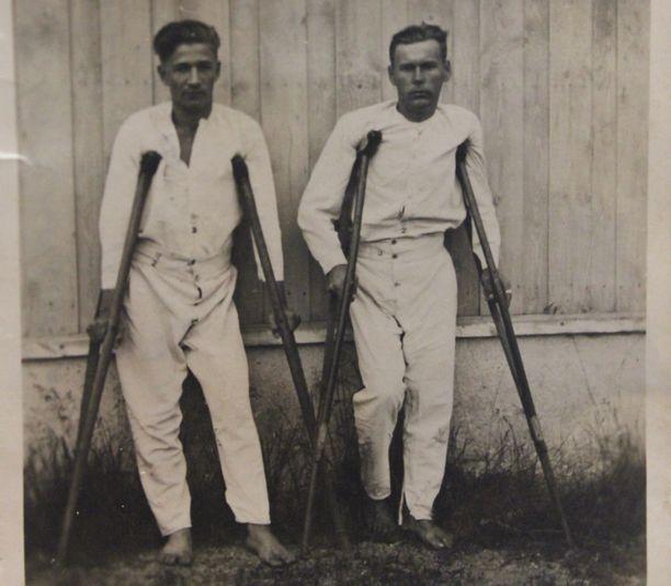Eino (vas.) toipumassa jatkosodan haavoittumisestaan.