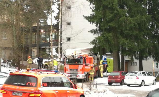 Oppilas kiipesi keskiviikkona koulun katolle Helsingin Pitäjänmäessä.