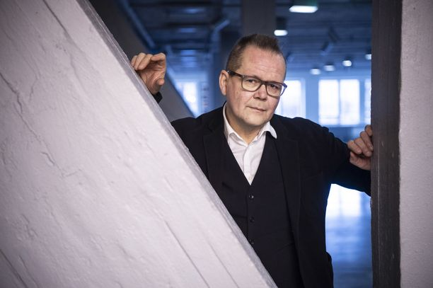 Kirjailija Kari Hotakainen on urallaan kirjoittanut romaaneja, runoja, lastenkirjoja, kuunnelmia ja näytelmiä sekä viimeisimpänä elokuvakäsikirjoituksen elokuvaan Ihmisen osa yhdessä Juha Lehtolan kanssa.