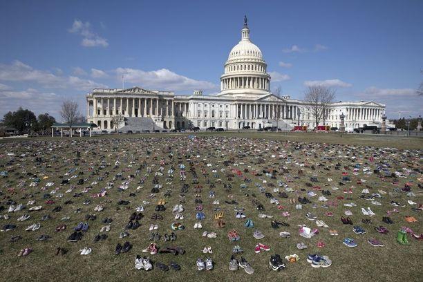 USA:n parlamenttirakennuksen edustalle tuotiin tiistaina 7 000 kenkäparia, jotka symboloivat kaikkia niitä lapsia, jotka ovat kuolleet ampumisissa vuoden 2012 Sandy Hookin kouluammuskelun jälkeen. Kouluissa järjestettiin tiistaina lisäksi 17 minuutin ulosmarssi, jolla kunnioitettiin Floridan ammuskelun uhreja.