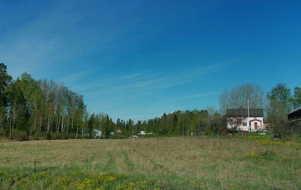 Vaaleanpunaiseksi maalattu talo sijaitsee näkyvällä paikalla Vesilahden Kirkonkylässä.