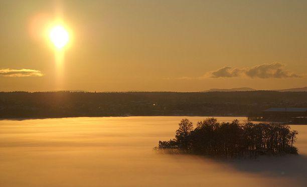 Auringon kooma liittyy auringonpilkkuihin. Niiden määrä vaihtelee normaalisti 11 vuoden välein. Suuren minimin aikana auringon säteily vähenee tavallista enemmän. Kuvituskuva.