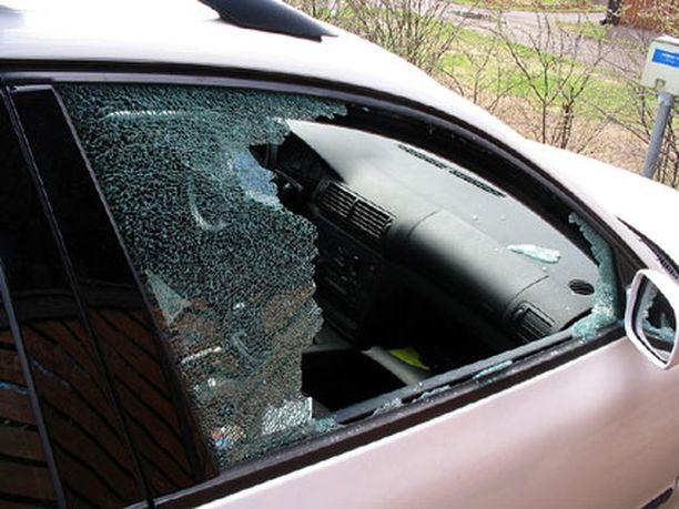 Autoihin on murtauduttu rikkomalla ikkuna.