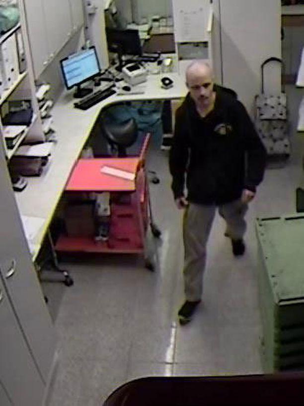 Kuvassa näkyvää miestä epäillään ryöstöstä, varkaudesta ja huumausainerikoksesta.