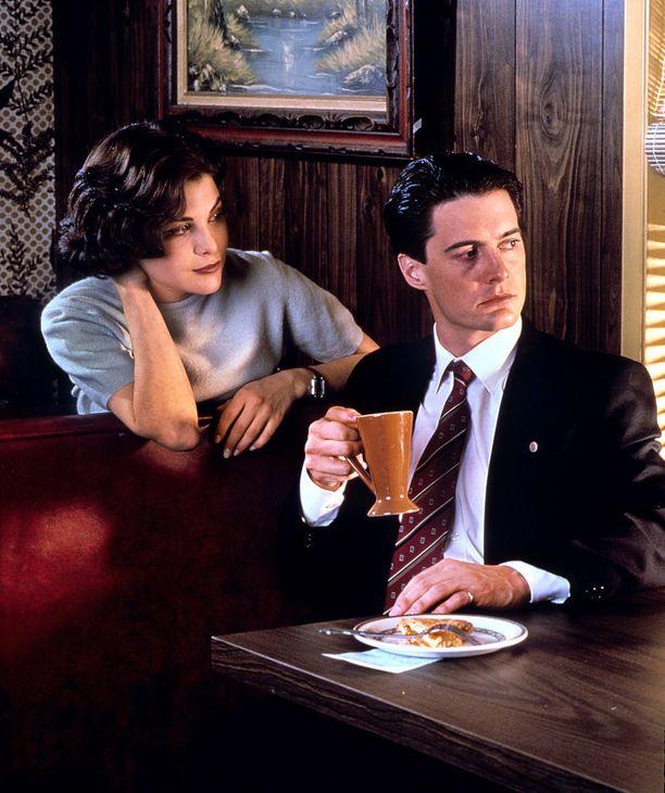 Twin Peaks on yksi tv-historian ikonisimpia jännityssarjoja. Kuvassa näytteijät Sherilyn Fenn ja Kyle MacLachlan.