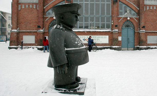 Toripoliisi on kuuluisa nähtävyys Oulun keskustassa.