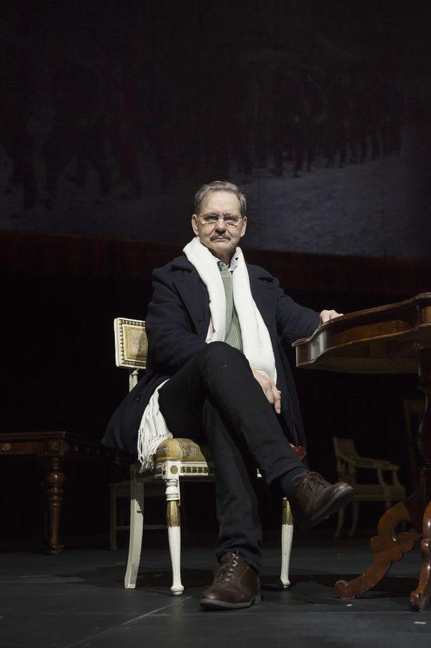 Näyttelijä Asko Sarkola nähdään marsalkka Mannerheimin roolissa ensimmäistä kertaa teatterin lavalla. Hän on näytellyt Mannerheimia aiemmin elokuvissa.