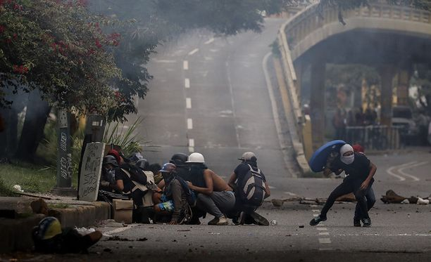 Venezuelassa kaksi nuorta miestä on kuollut opposition johtamassa maanlaajuisessa lakossa.