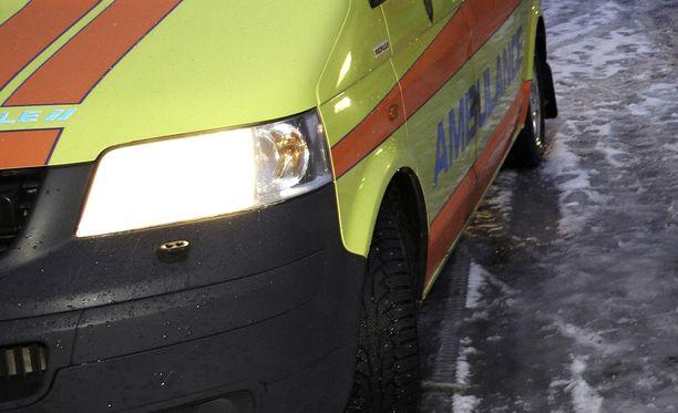 Onnettomuuspaikalla on ambulansseja. Kuvituskuva.
