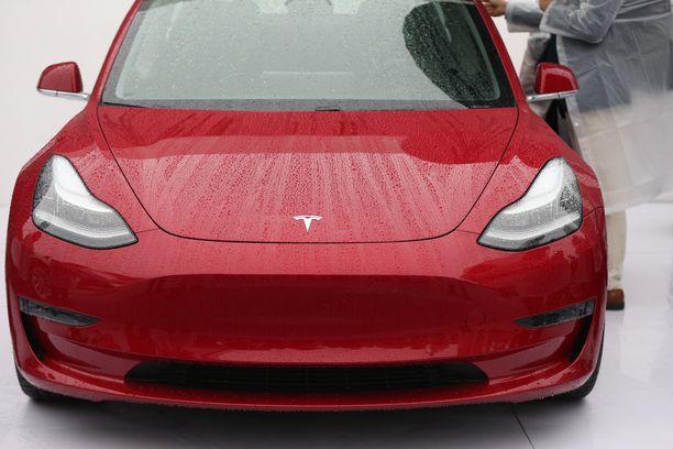 Sähköauto kiinnostaa lähinnä varakkaita kaupunkilaisia. Kuvassa Teslan Model 3.