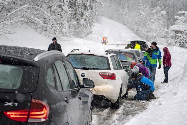 Liikenne on tökkinyt myös Itävallassa lumen takia.