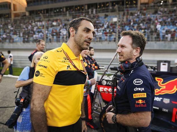 Cyril Abiteboul aikoo palauttaa Renault'n F1-tallin menestykseen tulevina vuosina. Kuvassa hän juttelee Red Bullin tallipäällikön Christian Hornerin kanssa ennen Bahrainin GP:tä. Red Bullin vuonna 2007 alkanut moottoriyhteistyö Renault'n kanssa päättyy 25. marraskuuta ajettavaan Abu Dhabin GP:hen.