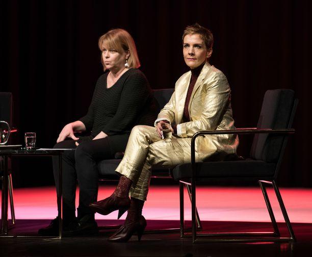Muun muassa Maria Veitola ja Elina Knihtilä keskusteluvat Nasty Women -illassa Helsingissä.
