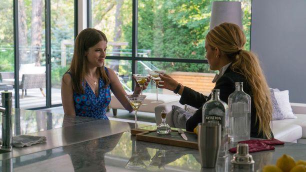 Missä on Emily, ihmettelee tämän paras ystävä Stephanie (Anna Kendrick, kuvassa vasemmalla).