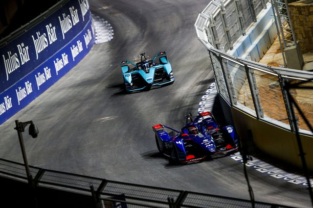 Sam Bird tuli sähkö-Jaguarillaan Robin Frijnsin E-Audin ohi lauantaisessa formula E -osakilpailussa.