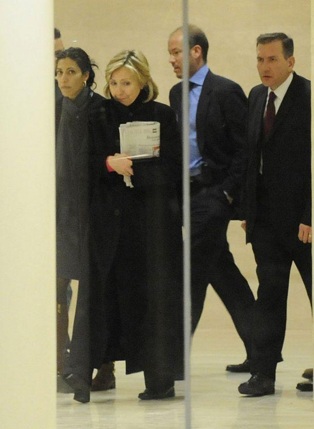 Avustajien mukaan Hillary Clinton aikoo lykätä matkaansa Persianlahdelle.