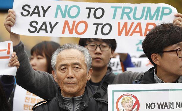 Donald Trumpin vierailu Etelä-Koreassa huolestuttaa monia, sillä hänen pelätään tavoilleen uskollisesti puhuvan ohi suunsa, mikä saattaa kiristää Korean niemimaan tilannetta entisestään.