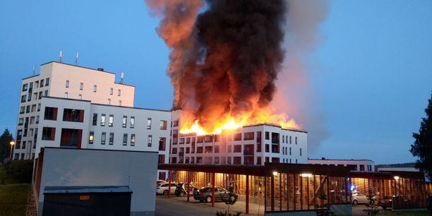 Tulipalo levisi viereiseen kerrostaloon.