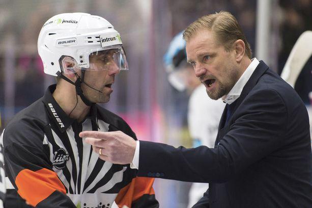 Petri Matikainen on saanut pelikaanit lentoon. Tässä hänellä on asiaa päätuomari Antti Bomanille.