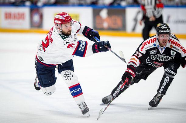 Columbus Blue Jacketsin lainaama Emil Bemström ampui terävästi ranteella illan toisen osumansa ja vei HIFK:n avauserän lopussa 4–1-johtoon.