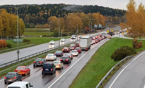 Tulvavesi pakotti sulkemaan ajokaistoja Turun moottoritiellä Espoossa. Kaistojen sulkeminen ruuhkautti aamuliikenteen keskiviikkona.