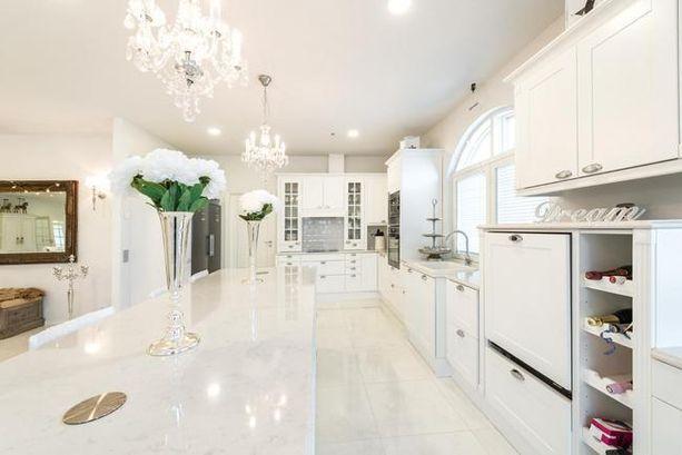 Tämän kodin sisustuksessa on käytetty kiiltävää valkoista pintaa vastapainoksi valkoiselle mattapinnalle. Kiilto tekee tasosta arvokkaan näköisen.