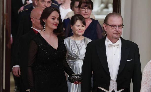 Jope Ruonansuu esitteli vaimonsa Linnan juhlissa.