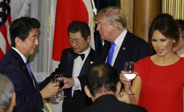 First Lady Melania Trump pukeutui illallisille perinteisempään punaiseen iltapukuun.
