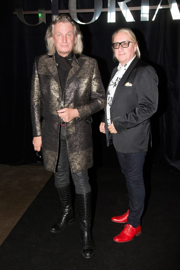 Muotisuunnittelija Jukka Rintala ja elämänkumppani, visualisti Matti Vaskelainen nauttivat korkeatasoisesta muoti-illasta.