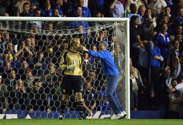 Birminghamin kannattaja ryntäsi kentälle Aston Villan maalia vartioineen Peter Enckelmanin mokan jälkeen. Seura lähetti myöhemmin asiasta pahoitteluviestin suomalaiselle.