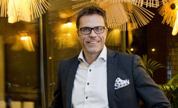 Sarasvuo tuli tunnetuksi MTV3:n Hyvät, pahat ja rumat -keskusteluohjelmasta 1990-luvulla. Television puolella hänet on nähty myös Diili-ohjelman johtajana vuonna 2005, sekä oman Sarasvuo-keskusteluohjelmansa puikoissa vuonna 2013.
