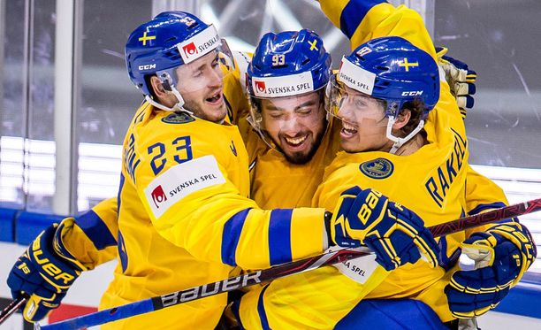 Oliver Ekman-Larsson (23), Mika Zibanejad ja Rickard Rakell juhlivat Tre Kronorin toista maalia.