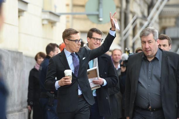 Kokoomuksen Alexander Stubb saapui neuvotteluihin kädessään Starbucksin kahvimuki, joka oli tietenkin nimetty henkilökohtaisesti.
