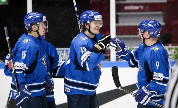 Juuso Vainio (vas.), Ville Leskinen ja Otto Rauhala juhlivat Suomen viidettä maalia.