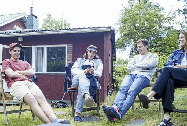 Veljekset Oskari, Ilmari ja Akseli Lehtonen sekä Akselin tyttöystävä Anna-Kreetta Pentti ehtivät välillä itsekin nautiskella Naantalin Kapteenin tunnelmasta.